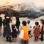 開幕前日にはオースティン氏が子供たちを相手に作品を解説するという企画も実施