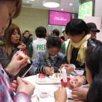 渋谷マークシティの「デコポッキー体験ルーム」。自分たちでデコレーションし、オリジナルデコポッキーをつくることができた
