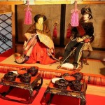埼玉県の料亭「二木屋」所蔵の品々より。ここでは明治天皇がプロシア式(ドイツ式)軍服をお召しになった内裏雛をはじめ、東西の多彩な雛文化を紹介