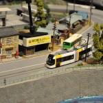 路面電車とバスが一緒に走行する、TOMIXのNゲージ。バス停で停車&発進を行う