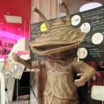"""限定メニューを多数用意した「カフェ・ド・カネゴン」の入口。週末には、1日3回のペースで""""店長""""であるカネゴンも来店した"""