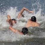 プールと違ってレーンがないため、レース序盤はぶつかりそうになりながら泳ぐ
