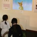 16ミリフィルム「ピーターうさぎの冒険」の映像に子どもは釘づけ