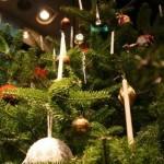 19世紀のクリスマスツリーは水平にしつらえた枝葉とキャンドル飾りが特徴