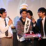 グランプリ受賞者には王冠とお菓子セットが授与された
