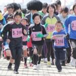 「ランニング」スタートの様子。5kmのコースを大人と子供が混じって走った