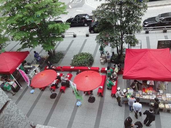 丸の内トラストタワーでお茶PRイベント 日本一早い新茶「かごしま百円茶屋」開催