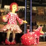 六本木ヒルズアリーナに登場した巨大展示物は草間彌生さんの新作「ヤヨイちゃん」と「リンリン」。前者は約10mある