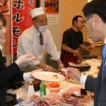 畜産物コーナーの各ブースはその場で商品の肉を焼いて提供