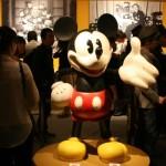 来場者を出迎える等身大ミッキーマウス ⓒDisney