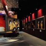 齋藤氏写真で彩られた空間。タペストリー風のリズミカルな展示手法にも注目