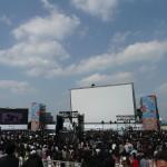 世界最大の移動式スクリーンはステージ上の人との対比でその巨大さがうかがい知れる