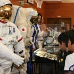 宇宙服は子どもたちの強い関心を集めた