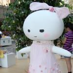アパレルブランド「ECOMACO」制作の、植物由来原料で作られた特製ドレスをまとったキャラクター
