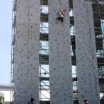 高さ10mの絶壁をよじ登るウォールクライマーも人気があった