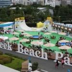 ウッドデッキやパラソル、プールなどでビーチリゾートの雰囲気を演出したビーチパーク