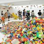 かえるワークショップエリアで山積みにされたプラスチック製のおもちゃ