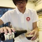 スタッフが目の前でビールをオリジナルグラスに注いでくれる