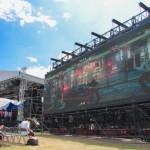 「闘劇」が行なわれた「Red Stage」。観客は大型ビジョンを通じてステージ上で繰り広げられているバトルを楽しむ ※スクリーンは『バーチャファイター5 Final Showdown』(メーカー:SEGA)