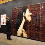 縦246cm、横440cmの「Me Kissing Vinoodh(Passionately)」は冒頭から来場者の視線を釘付けに