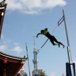 スカイツリーをバックに棒高跳びの澤野大地が豪快な大ジャンプ