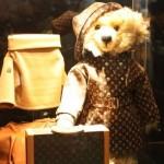 同社のトレードマーク、モノグラム・ラインのコートを着たルイ・ヴィトン テディベア