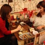 友達同士で訪れ、店自慢の焼鳥とビールを楽しむ女性2人(焼鳥居酒屋じょー)