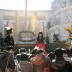 イクスピアリを象徴するような場所で開催された分割劇の一コマ。写真は「セレブレーション・プラザ」