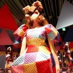 「キュービック」の衣装展示では、8面のミラーに中央で回っている衣装が映しだされる