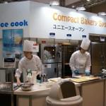 大型調理器具のブースでは、実演しながら商品を紹介。試食なども行われていた