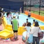 プールは水泳教室の後も終日開放され、子どもたちの歓声が響き渡った