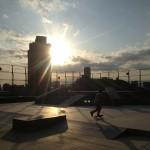 照明をつける少し前の時間帯に、屋上から夕陽を堪能しながらスケートができる