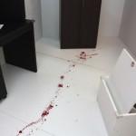 殺人現場に残された謎を解くCUBE1にはいかにも意味ありげな血痕が続いていた
