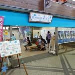 西武秩父駅近くのチェックインスポット。商店街の一角を『あの花』ファンに開放し、それぞれが来訪を記入できるよう、壁一面に書込みスペースがあった