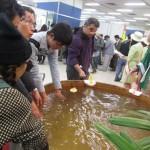 「日本三名泉 下呂温泉」のブースでは、温泉に手を入れてつるつるになる手もみ体験ができた