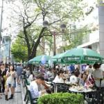 南口商店会は、緑道に沿ってオープンカフェを展開。緑に囲まれてゆったりと過ごせる