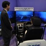 各種センサーによって視認が困難な位置にある自動車や歩行者を検出し、ドライバーに知らせる安全運転支援システムの体験シミュレーター