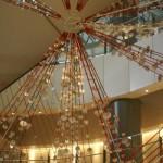 天井に向かって伸びる「Hikarie WONDER TREE」。その不思議な形が目を引く
