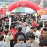 約1時間待ちの行列ができる店舗も見受けられ、大賑わいの会場の様子