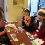 可愛い仮装のスタッフもゲームに参加。写真向かって右奥は、海外ボードゲーム衣装姿のゲームマスター・中野綾香さん