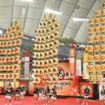 五穀豊穣などを願う秋田竿燈まつりは、高さ10m以上の竿が圧巻の迫力