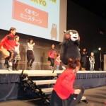 くまモン体操が始まると、子どもたちを中心に多くの人がステージに上がって一緒にイッチ・ニー