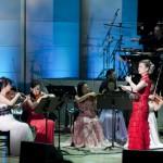 中国の二胡奏者、ウェイウェイ・ウーとオーケストラによる国境を越えたコラボケーション