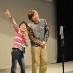 若手芸人と一緒に早速ステージに上がり、発表に向けてコントの練習がスタート!