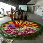 制作総指揮の藤川さんも「大漁旗」の完成を祝って記念撮影に飛び入り参加!