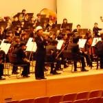 3曲目の途中に災害発生がアナウンスされ、演奏が中断された舞台に係員が現れて的確な指示を提示
