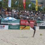 開会式の後はビーチサッカーチャレンジ。茂怜羅オズ選手がオーバーヘッドゴールを披露