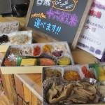 写真手前がフジテレビ笠井アナ一押しの「豚の生姜焼き二段弁当」(1,000円)。ご飯は本イベントイベント用に白米と十六穀米を用意