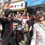 パレードの途中では、体をくねらせるゾンビツイストを実施