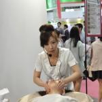 くすみ改善などに効果的な備長炭配合の石膏マスクの実演